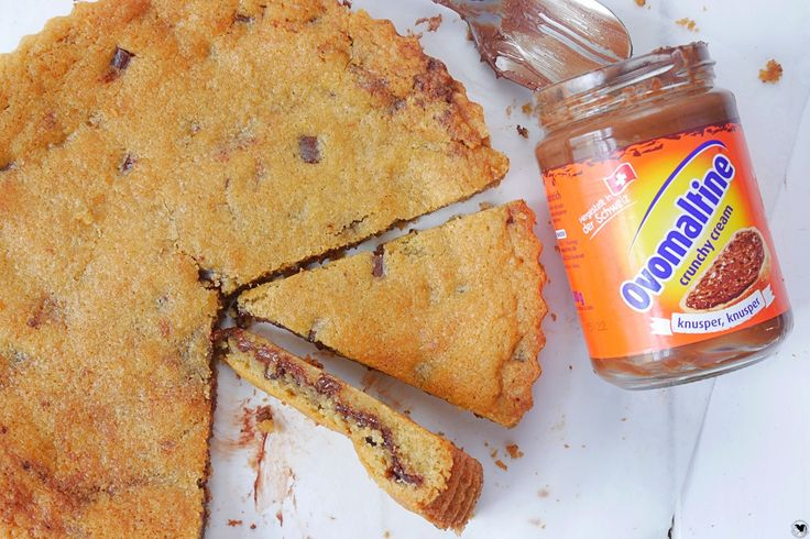 Was ist besser als ein kleiner Cookie? Genau, ein Riesencookie mit Schokofüllung. Wir haben das Rezept für euch, also schaut mal vorbei.