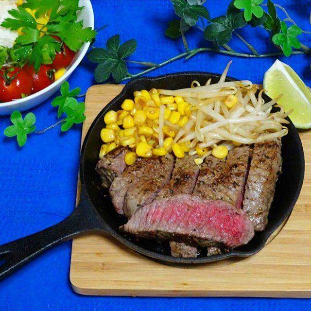 昨日の晩ごはん。🍴 特売のオージービーフのステーキ。🍖 ネットの通り、焼いてみたら、うまくミディアムレアに、焼けました。❤ - #ステーキ #オーストラリア産 #スキレット  #焼肉 #おうちごはん #晩ごはん #手料理  #暮らしを楽しむ  #夕食 #クッキングラム #デリスタグラマー #おいしい #がっつり #肉 - #steak #aussie #beef #dinner #cooking #cookingram #delistagrammer #foodpic #foodphoto #japan #instajapan #instafood #foodie  #skillet