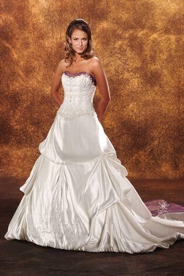 Superbe robe de mariée formelle Splendide avec une traîne spéciale et magnidique