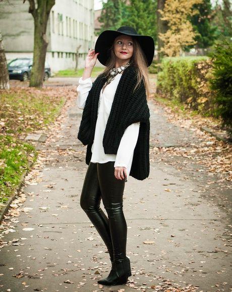 Zdjęcie Impresssja przedstawiające inspirację modową zawierającąbuty koturny w kolorze czarny z materiału w , naszyjnik w kolorze srebrny z materiału w , koszula z długim rękawem w kolorze biały z materiału w , jumper w kolorze czarny z materiału w , kapelusz w kolorze czarny z materiału w