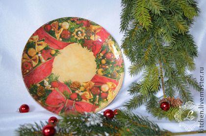 Ручная работа. Декоративная тарелка Рождественский веночек. Декоративная тарелка  Рождественский веночек - исполнена в технике декупаж на стеклянной тарелке с оборотной стороны. Лицевая сторона не обработана, чистое стекло.    В неё можно и нужно класть мандарины, пряники и другие сласти.