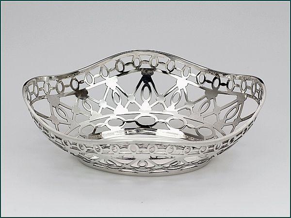 Zilveren bonbonmandje uit 1905 - Hollands zilveren bonbonmandje 2e gehalte Afmeting 13,8 x 10,2 x 4,5 cm  Gewicht 75 gram Jaarletter V = 1905 Meesterteken J.M. van Kempen - Voorschoten