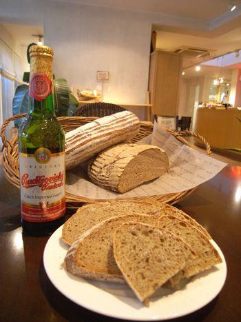 各国の料理とパン ~パンを主食とする国々の料理とパン~ キャラウェイが2%とたっぷり入ったライ麦パン。チェコ人スタッフのアドバイスを受け、改良を重ねた本場の味。酵母はサワー種と白神こだま酵母を使用