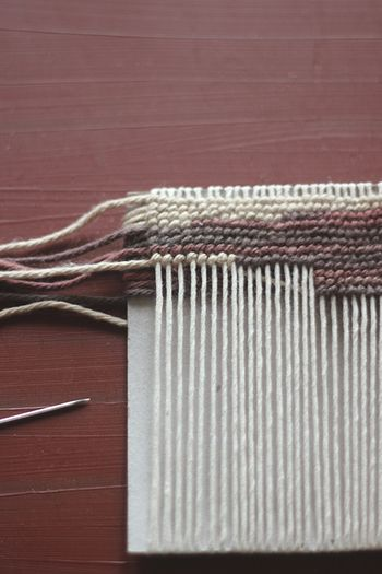 模様を出すために、横糸はいろいろな色を組み合わせていきます。