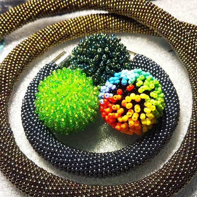 Еще заказные жгуты и моя армия пушистых бусин! Да-да так я и делаю - когда мне нужно отдохнуть от жгутов начинаю плести! И наоборот  #beadwork #beading #beadcrochet #workinprogress #evening #handmade #hobby #жгутизбисера #вязание #crochet #жгут #колье #кулон #necklace #вечер #браслет #впроцессе #процесс #рукоделие #ручнаяработа #cute #украшения #bracelet #радуга #rainbow #green #бисерныймех #fluffy #creative #inspire