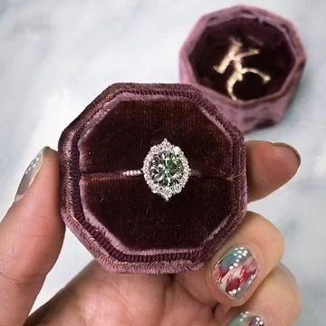 Der Emerson Halo Verlobungsring von Kristin Coffin Jewelry. Mit einem ikonischen