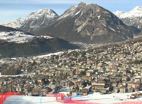Abfahrtsshowdown der Männer in Bormio: Die Weltcup-Abfahrt auf der legendären Stelvio-Piste findet auch dieses Jahr wieder zwischen Weihnachten und Silvester statt.    Bormio befindet sich in der Lombardei am Fuße des bekannten Stilfserjochs nahe der Schweizer Grenze. Seit 1993 sind die Speedspezialisten fast jährlich beim Abfahrtsklassiker am Start.    Bormio war zudem bereits zweimal (1985 und 2005) Austragungsort der Alpinen Ski-WM.