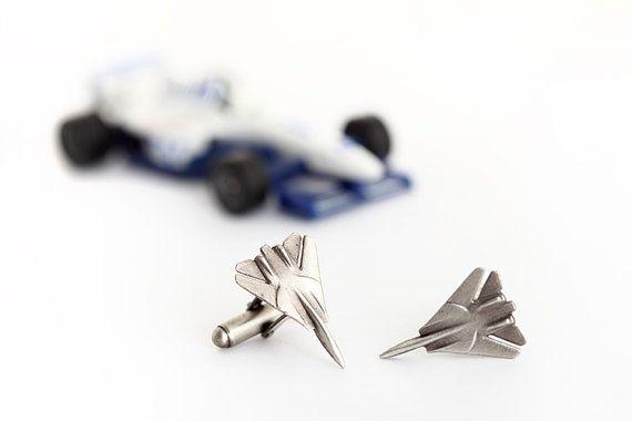 Deze Jet Manchetknopen zijn de perfecte accessoire voor een piloot of luchtvaart liefhebber. Deze zilveren Manchetknopen zijn voorzien van de perfecte miniatuur-weergave van een F14 gevechtsvliegtuigen, compleet met aërodynamische klinknagels. De geoxideerde zilveren details van deze kater jet Manchetknopen geven deze mannen accessoire items een rustieke, vintage afwerking. Deze mannelijke sieraden items komen gift-wrapped, en voorzien van gratis verzending.  Als u graag iemand die in de…