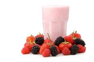 Puurgezond ontbijtsmoothie. 1,5 eetlepel havermoutvlokkenin100 ml kokend water. Laat dit enkele minuten staan. Maak ondertussen150 gram aardbeien (of ander zachtfruit)schoon en doe ze in een blender. Voeg hierbij de geweekte havervlokken,3 eetlepels yoghurt en 1 theelepel honing.