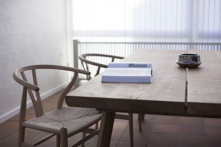 Kvalitets plankebord fra Ksign til det moderne hjem. Fås i en længde op til 340 cm. Se mere på: https://www.ksign.dk/moebler/plankebord-i-egetrae/