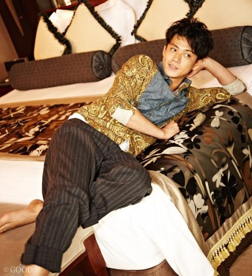Oguri Shun wears paisley top!