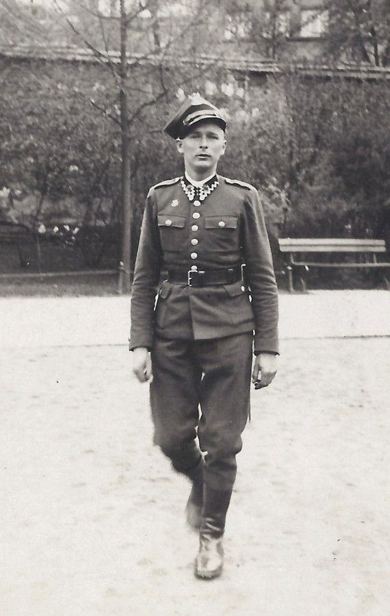 Jan Tomasik photographed in Polish army uniform in Krakow, August 1939 - pin by Paolo Marzioli