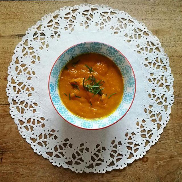 Is het met dit koude weer niet heerlijk om je handen op te warmen aan een lekkere kom soep? Probeer bijvoorbeeld eens pompoen soep met kip of geitenkaas:  Ingrediënten (voor 3-4 personen): - Duim gember - Teentje knoflook - 1 Pompoen - 2 Uien - Kokosolie - 1 Winterpeen - Blokje groentebouillon - Peper - Kerrie - Kipfilet  Bereiding soep: 1. Snij de ui, knoflook, winterpeen en pompoen.  2. Doe wat kokosolie in een pan en bak de ui en knoflook. Voeg daarna de gesneden wortel en pompoen toe…