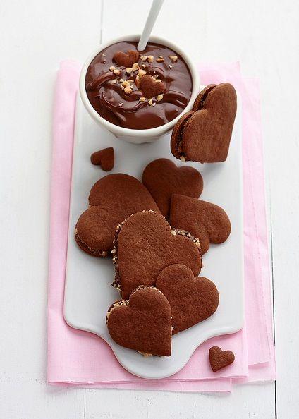 Рецепт - Шоколадное печенье сэндвич с нутеллой и орехами на 14 февраля