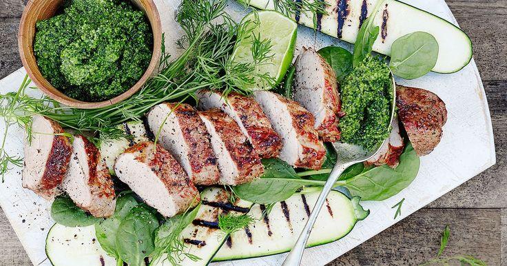 Sammen med grønnkålpesto får du en sommerlig og sunn middag. Oppskrift fra Tinas sommer.