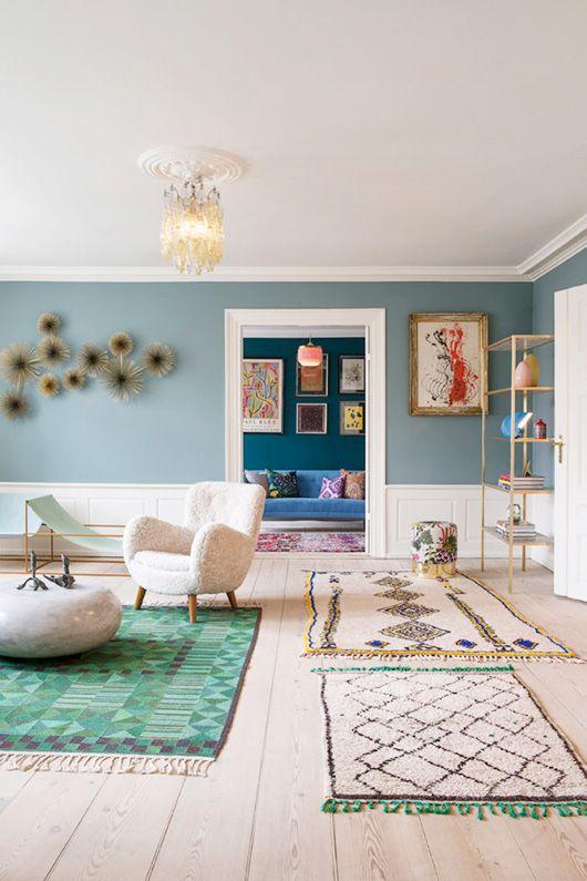 Mooi frisse kleurencombinatie. Denim Drift met een witte lambrisering. Door toevoeging van lichte meubelen krijg je een subtiele rustige sfeer.