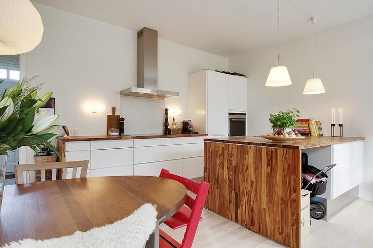 Hvid køkken kombineret med mørkt træ