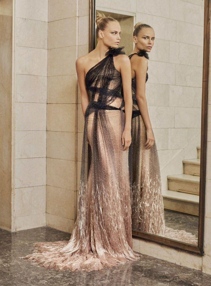 Коллекция получилась, как всегда, очень красивой, стильной и женственной. Донателла Версаче снова постаралась привлечь внимание к деталями и красивыми тканями. Каждый образ — это сплошное вдохновение! Донателла создала соблазнительные платья с обольстительными фигурными вырезами. Красивые юбки, брючные костюмы с прямыми четкими линиями, модные кроп-топы, шикарные блестящие и однотонные платья подчеркивают женственные фигуры моделей.