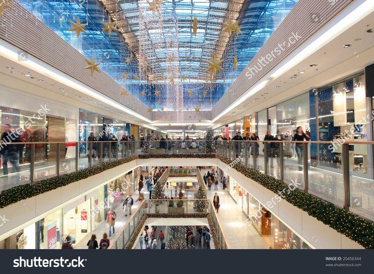 Centro comercial decorado con adornos y luces de Navidad