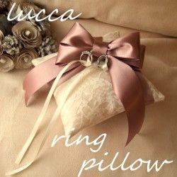 可愛らしい薔薇のリングピローです。上品なシャンタン生地に、レースをのせたシンプルで人気の定番商品です。プレゼントなどに喜ばれます。●納期につきまして 現在の納期は20日ほどです color 土台 シャンパンsize  土台ー 約 15×15㎝素材  化繊シャンタン※プレゼントにもお使いいただける用、白い光沢のある化粧箱にいれて、リボンを巻いて送らせていただきます。*ご利用のパソコンやブラウザなど環境などにより、商品の色や質感が 実物と若干異なって見える場合がありますのでご了承ください。