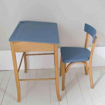 Un ensemble bureau et chaise des années 1960. Le plateau du bureau, dossier et l'assise de la chaise ont été peints en bleu azur. Le bureau comprend un emplacement pour les crayons, un pour l'encrier et un rangement sous le plateau. 34 x 63 x H 60 cm 160 €. Brocante La Bruyère.