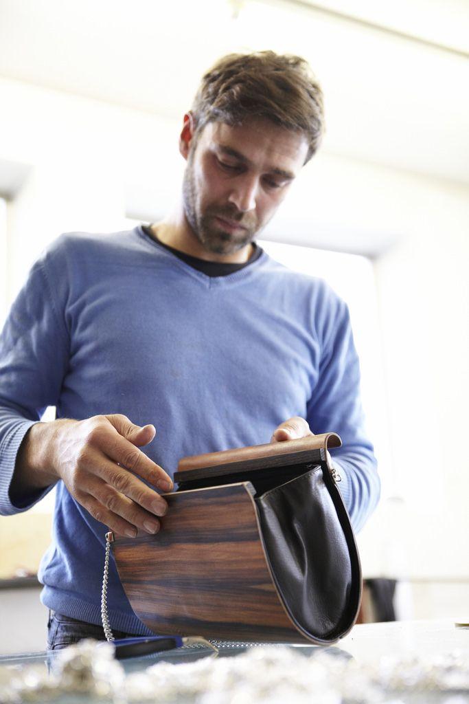 Furnier Geschichten: Taschen aus Furnier - Bild 4 (Holzindustrie) Tags: model mode taschen südtirol koffer meran mailand tischler handtaschen furnier designertaschen italienischesdesign embawo modewelt norbertöttl holzhandtaschen