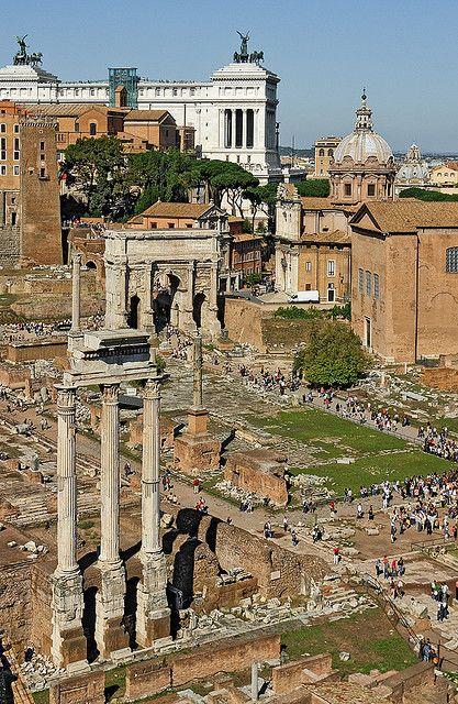 El Foro Romano, uno de los restos vivientes más grandes de la época del imperio romano. Una parada obliga si es la primera vez que viajas a Roma.