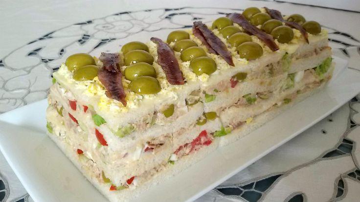 Pastel fácil de atún con pan de molde. Receta de pastel frío salado con pan de molde muy fácil. Sin horno y sin cocción. Muy adecuado para días de fiesta.