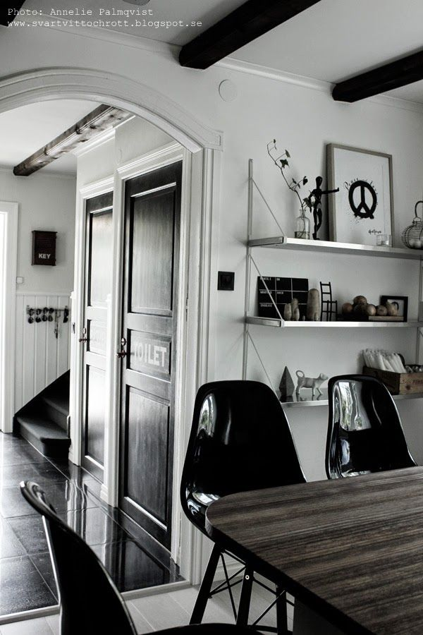 kök, köksö, hylla i köket, ikea, hyllor, diy, glasögon, stång för att hänga upp solglasögon, svart och vitt, svarta dörrar, svarta barstolar, inredning, detaljer, kotavla, artprint peace, svartvitt motiv på tavla, tavla, tavlor, tavlorna, prints, print, konsttryck, tavla i köket, trappa, svart matta i trappa, heltäckningsmatta i trappan, diy för solglasögon, vit hall,