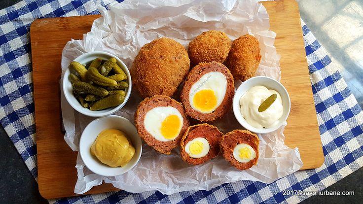 Chiftele umplute cu oua reteta de Scotch Eggs (oua scotiene). Aperitiv cald sau rece din oua fierte si invelite in carne tocata, acoperite de o crusta rumen