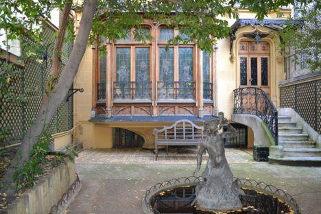 Maison supposée hantée au  1, avenue Frochot 75009 Paris. L'origine de cette malédiction : une femme de chambre assassinée à coups de tisonnier dans les escaliers au début du XXe siècle. Le meurtre n'ayant jamais été élucidé, son esprit hanterait encore les lieux…