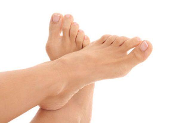 Ayak Mantarına Elma Sirkesiyle Son  Ayak mantarı çok rastlanan bir cilt hastalığıdır. Nemli ve ılık bölgelerde ürerler.    Sıkı ayakkabılar giyilmesi, cildin uzun süre nemli kalması, çoraplar, yüzme, banyo alma ve egzersiz sonrası ayakların kurulanmaması üremesinde etkendir. Mantar enfeksiyonunda kötü koku ve kaşıntı sık rastlanılan şikayetlerdendir. Mantar enfeksiyonu bulunan bir kişiyle aynı ayakkabı ve terliklerin giyilmesi en sık bulaşan yoldur.