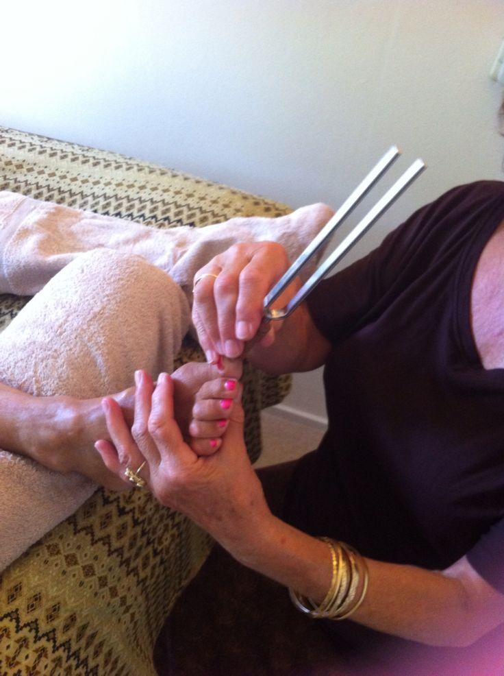 Voetreflex met stemvorken is een hele prettige behandeling. Het voelt heel erg ontspannen! Er worden verschillende stemvorken gebruikt onder meer de 136,10 hertz en de 128 hertz. Elke frequentie heeft zijn eigen specifieke werking! Meer informatie bij Kizuri Eindhoven
