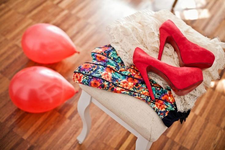 Wiosna na kolorowo. Czerwone szpilki pasują nie tylko do wyszukanych kreacji ale również do prostych jeansowych zestawień.