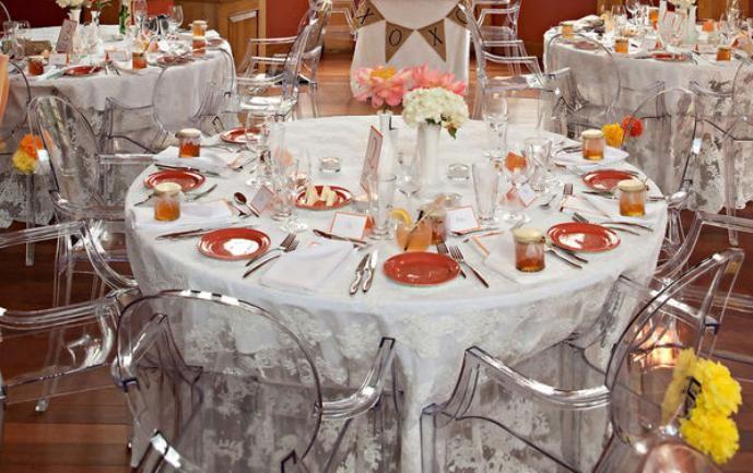 Quando criou essas cadeiras será que o designer Philippe Starck sabia que ela iria embalar tantos casamentos e realizar o sonhos de tantos casais apaixonados? A verdade é nunca saberemos, mas o que sabemos é que são lindas e ainda vão embalar os sonhos de muitos outros casais! #vamosdecorar #decoração #casamentos