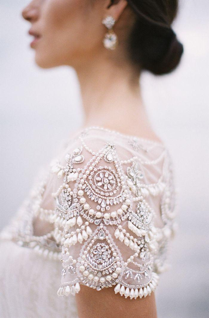 Vestido de novia con hombros con pedrería y tul