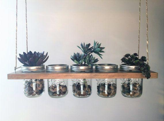 Horizontale hängende Einmachglas Pflanzer  Dies ist ideal für Planung, Kräuter und kleine Pflanzen. Einsetzbar auch für Dekorationen, Lagerung und Kerze-Halter.  Über einen rustikalen Tisch wäre mit Kerzen schön.  Element ist antik Eiche gebeizt und beinhaltet (5) 16oz breiten Mund klar Ball Mason Gläser. Ist auch für die Montage an der Decke Bindfäden.  20 L X 5,5 X 5 H W