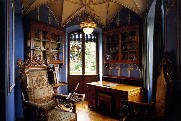 Готическая мебель в современной квартире