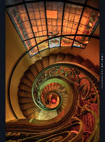 """Escalera: símbolo de la progresión hacia el saber, el conocimiento y las transfiguración. La escalera ascendente y blanca significa el conocimiento exotérico y la descendente y negra el conocimiento esotérico.  Los egipcios también las conocían de igual forma: las pirámides son una analogía de su forma.  """"La escalera enlaza los tres mundos cósmicos y se presta tanto a la regresión como la ascensión: en ella se resume todo el drama de la verticalidad"""" (Jean Chevalier)"""