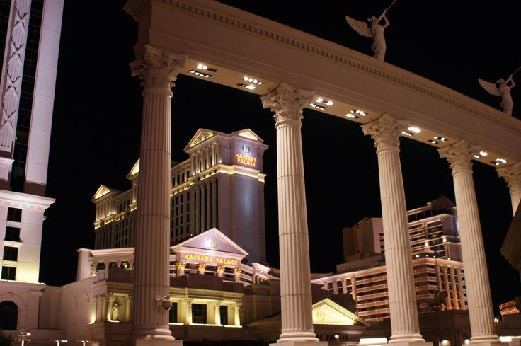 L'hôtel Caesars Palace. By night.