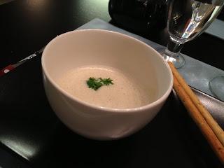 Helmenvalkoinen maailma: Osteri-cappuccinoa alkuruokana, todella hyvälle maistuva herkku merenelävistä.