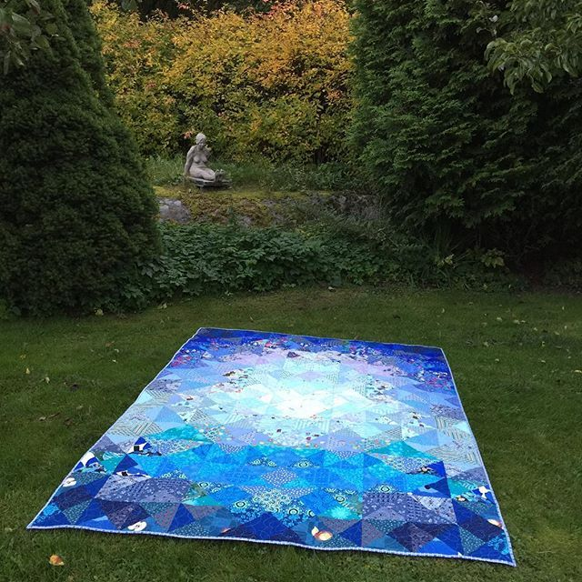 Finished! Forget Me Not / Ethän minua unhoita #quilt made for Dear Daughter. She wanted me to make one like @saija_elina made. How could I say no?! Making #quartersquaretriangle #quiltblocks was fun! #blue #tilkkudesign #inspiredbyanotherartist #tilkkutyöt #tilkkupeitto