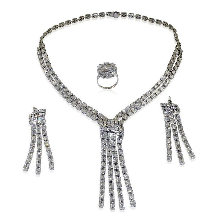 Diamantkollier, Diamant-Ohrhänger, Chandeliers und Diamant-Ring 30ct 1781 Diamanten - Marilyn Monroe wäre entzückt - das ist das COLLIER zum Film!   Ein unübertroffenes Set aus 14 kt. Weißgold wartet auf seine Trägerin und einen großen Ball. Dieses aus #Collier, #Ohrringen und einem #Ring bestehende Ensemble bringt es zusammen auf sagenhafte 30,35 ct an funkelnden Diamanten. Der mit 1781 #Diamanten besetzte Schatz #chandelier #schmuckboerse @schmuckboerse brillantset brillantcollier…
