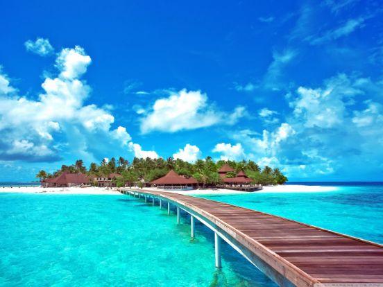 Célok+nélkül+élni+ Olyan+érzés+lenni, Mint+egy+kék+tengerben,+ Víz+nélkül+fürödni.  A+cél+mindig+építő+erejű, Sorsod+szigetét+híddal+büszkén+átívelő. Hogy+mekkora+ez+a+híd+célod+mérvadója, Hogy+mely+szigetig+ér+el+majd+pillére+tartója.  E+híd+lehet+egy+fénylő+szivárvány+is, Mely+ugyan…