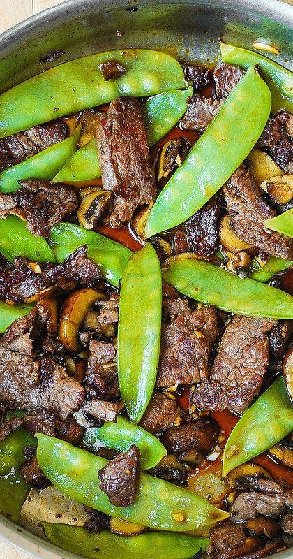Carne asiática con champiñones y guisantes de nieve