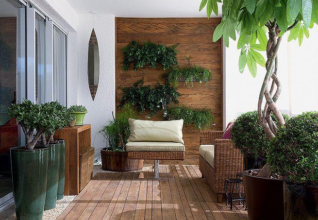A madeira de demolição foi sobreposta à cerâmica, piso original da varanda. Veja…