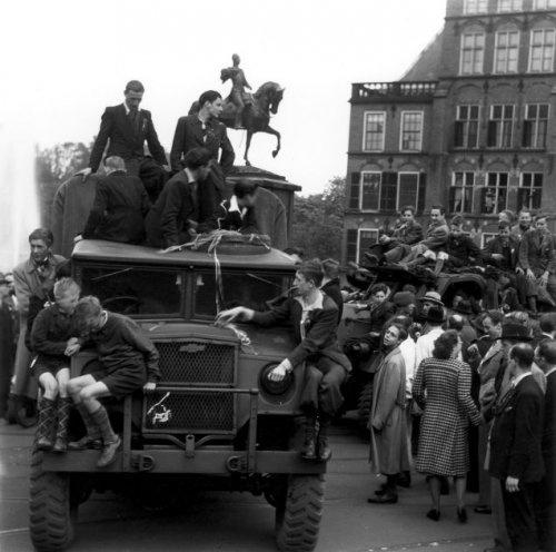 weede Wereldoorlog, bevrijding. De geallieerde troepen bereiken onder massale belangstelling bij de bevrijding het Buitenhof in Den Haag, mei 1945. Nederland, Den Haag, mei 1945.