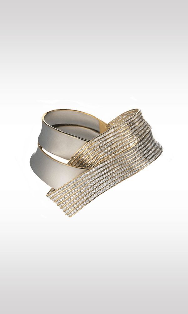 Spaziale, 1988: this necklace is distinguished by the contrast of the materials and the avant-garde purity of the lines. The swing-away bands are in satin-finish platinum and yellow gold, studded with 646 brilliant-cut diamonds and 476 baguette-cut diamonds totaling 127.68 carats. The solution adopted for the closure is innovative, giving comfort and satisfaction to the wearer, as the rigid, solid collier opens in two.