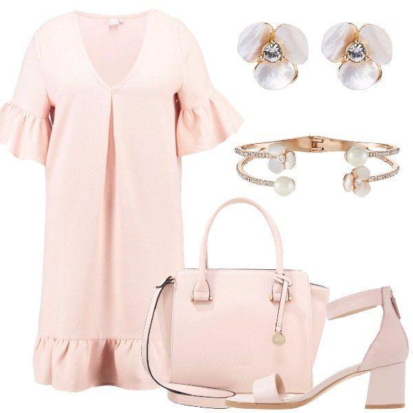 Outfit estivo nel tono del rosa pastello composto da abito lunghezza al ginocchio, con scollo a V e balza sulle maniche e sul fondo, sandali in pelle con tacco largo e cinturino alla caviglia, borsa a mano in ecopelle, orecchini a forma di fiore con brillantino, bracciale rigido placcato oro rosa con brillantini, perle e fiori.
