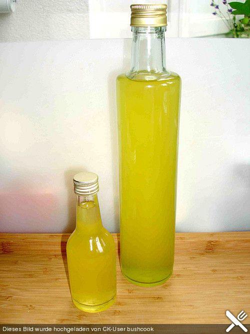 50 g Löwenzahn - Blütenblätter - nur die gelben Spitzen! 150 g Kandiszucker, weiß 1 Zitrone(n), unbehandelt 1 Flasche Wodka